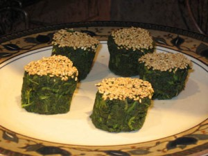 Spinach rolls with roasted sesame seeds